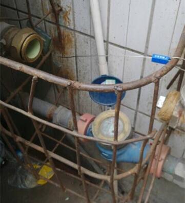 按时交水费却欠下8万水费  整栋住宅惨遭拆水表停水