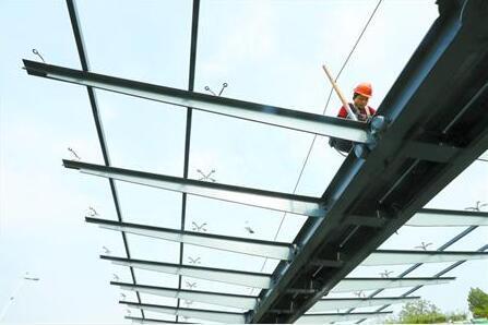 莲花路地铁两层连廊具雏形 钢结构雨棚已安装完成