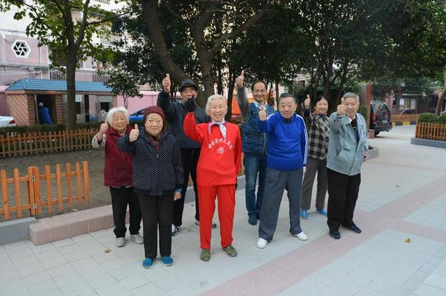 杨浦三个小区的围墙倒下了 居民却拍手叫好