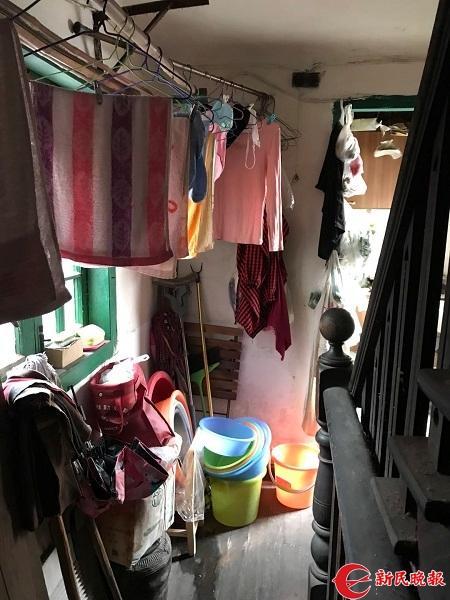 楼道内堆积着的各种家具和物品.jpg