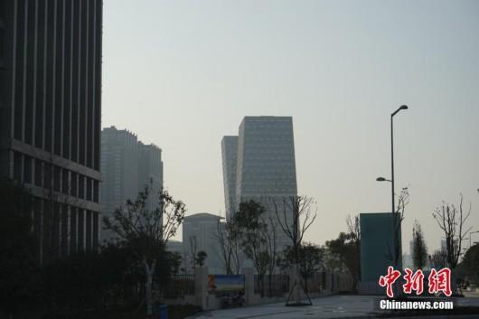 重庆再添奇特建筑 百米大楼斜而不倒