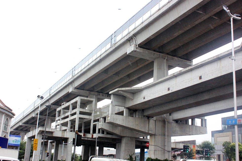 上地铁5号线延长线,现已建至西渡站,使奉贤融入上海一小时交通圈。(图为5号线西渡站现场)