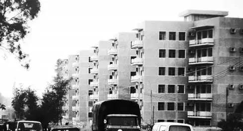 穿越完深圳35年来的房价 不管房价多低都买不起