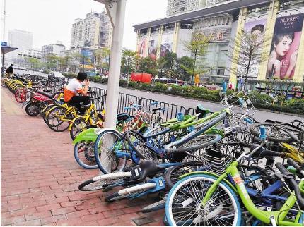 车辆乱堆乱放无人清理 共享单车成了街头垃圾