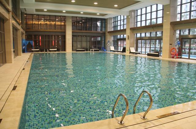 小区自带的游泳池