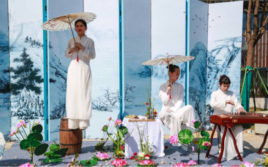 雅居乐武汉首座滨水别墅示范区开放,千人共览暖人春意!