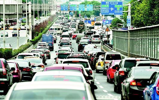 图为:上下班高峰期和节假日,出城往府河大桥方向堵车成常态