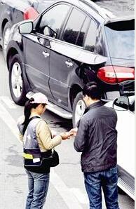 图文:武汉路边停车 明起暂停收费
