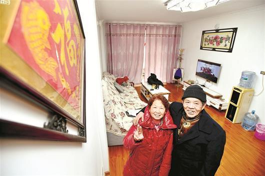 图为:邱金凤和老伴陈金和高兴地搬进新家