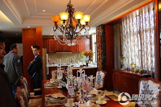 别墅样板房 豪华餐桌高清图片