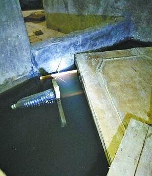 莲坂西小区一地下室大面积积水 楼道臭气上涌