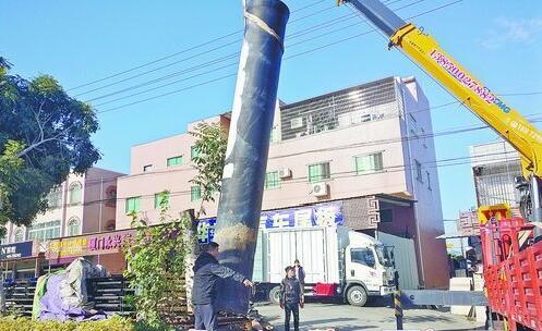 """用破路机凿用吊车吊 同安一违建""""擎天柱""""这下拆除了"""