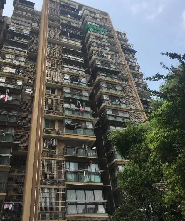 房价涨了百万想毁约结果买房客被捅伤 房东坠亡