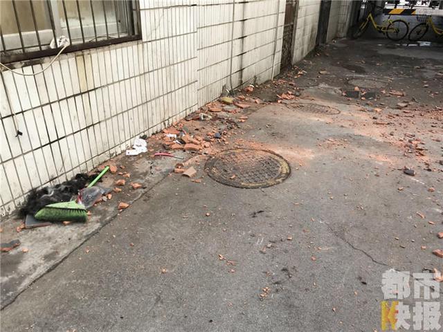 西安一小区楼上突然砸下砖瓦 两人当场被砸倒