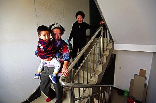 西安一小区电梯坏了没人管 百余户居民每天爬楼梯