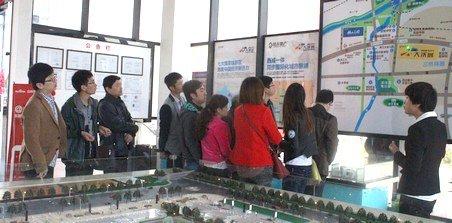城西二线仨兄弟一起来看房 计划集体安家城西