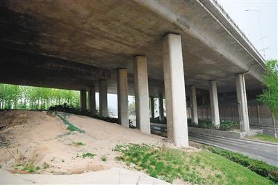 机场高速高架桥下 黄土堆无覆盖建筑垃圾遍地