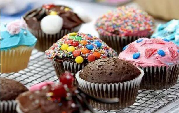 纸杯蛋糕历史悠远,是1828年美国烹饪家伊莱斯利女士发明的,作为老式的甜点,有着美式的自由与快乐,在不断地改进与创意之中,已然成为时尚美食的代名词。 龙腾本周六邀请你带着宝贝前来,能吃到宝贝亲手制作的蛋糕,那才能甜到心里,幸福到极致。 天马行空 创意蜡笔涂鸦 涂鸦是孩子表达丰富想象力的一种方式,经常涂鸦的宝贝,不仅动手能力可以得到很好的培养,智力也能得到深度开发,在涂鸦中宝贝还能表达自我,塑造好的性格。 这周六,龙腾准备好了蜡笔,邀请你带着孩子前来一起画画他眼中多姿多彩的童年。