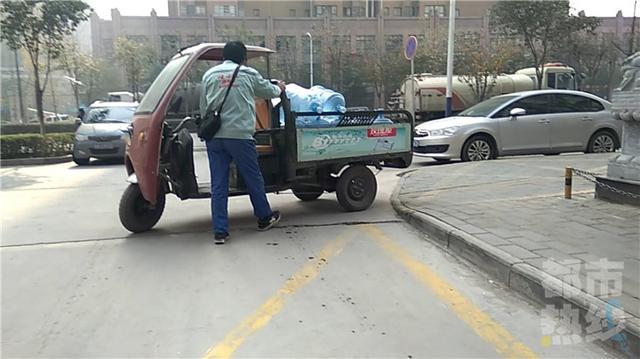 """西安一小区送水收进门费 按次收费还能""""包年"""""""