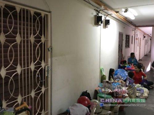 欠租1500被驱逐出户 失业男子带妻儿4人露宿走廊