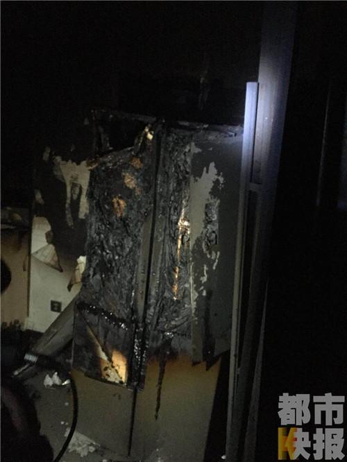 西安一高层屋内起火致烧伤 救命消防栓竟无水