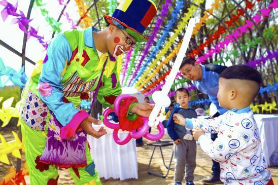 只见,各种颜色的气球在他的手上变幻成小花,小动物,棒棒糖,吸引了不少