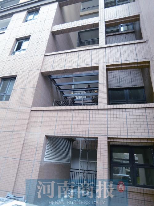 郑州一小区业主在楼房外墙上架钢梁 惹其他业主忧心