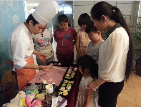 家教老师被我干-师傅传授翻糖饼干制作技巧-5月24 25日睿智禧园幸福家庭季活动甜蜜图片