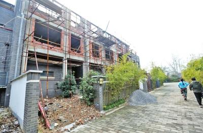 龙湖一小区私自加盖房屋,物业不制止反而趁机收费