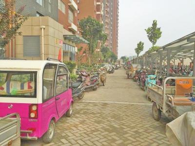 小区车棚不够用,车主将自行车、电动车停到楼前消防通道上-郑州不