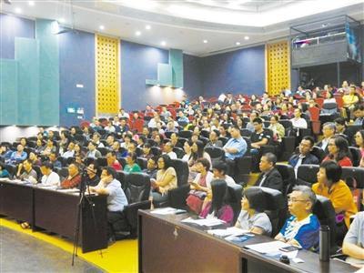 高考志愿填报讲座现场  300多名学子和家长参加活动