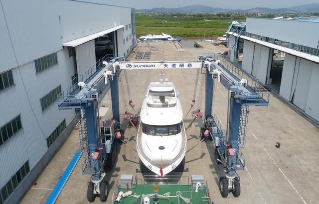 平沙游艇产业园区位于高栏港经济区内,创建于2002年,以游艇产业集群为核心,大力引进国内外游艇制造企业、游艇零配件制造企业和代理商落户,现已聚集游艇企业57家。目前,该园区已发展成为国内设立最早、规模最大、档次最高的游艇制造基地,平沙镇也被评为广东省(游艇)技术创新专业镇。 由于市场环境的起伏,平沙游艇产业在过去一度遭遇瓶颈而举步维艰。但自2016年以来,产业出现回暖迹象,今年来更是出现大幅增长。据高栏港经济区提供数据,2016年游艇产业产值12.