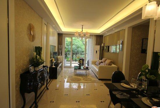 保利国际城88平三室两厅双卫 保利国际城的置业顾问介绍,刚刚推出的翡丽湾D区就全部为三房产品,是保利最精选的三室两厅两卫的户型。包括88、95、106㎡三种,同样是三房,但根据购房者的需求作了空间尺度的调整,加上可变空间和阳台的设置,通过赠送空间提高得房率。目前正在排号,但受到了包括准备结婚的年轻人、有小孩的年轻夫妇的钟爱。