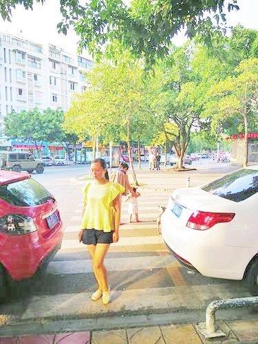 """德阳某街道停车位划在斑马线上 收费员说""""合规"""""""