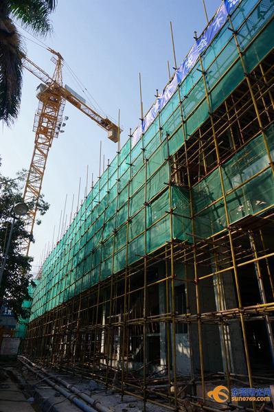 经过一年的紧张施工,建设施工现场大变样,一幢高楼拔地而起,东莞市