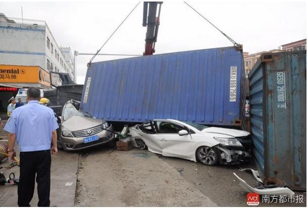 东莞凤岗货柜车刹车失灵侧翻 两小车瞬间被压扁