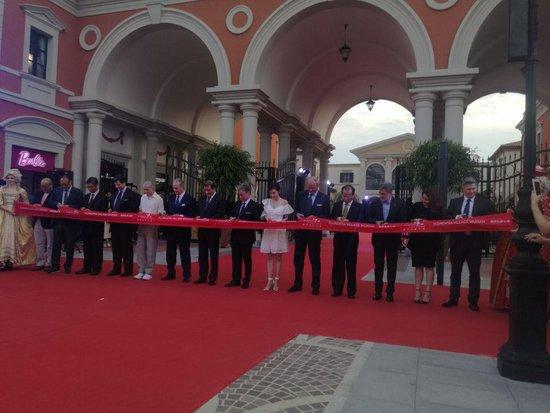 华中地区首座佛罗伦萨小镇昨盛装开业