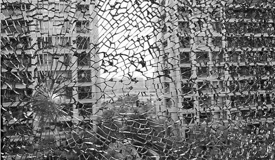 小区14块钢化玻璃被神秘钢珠打碎 谁干的?