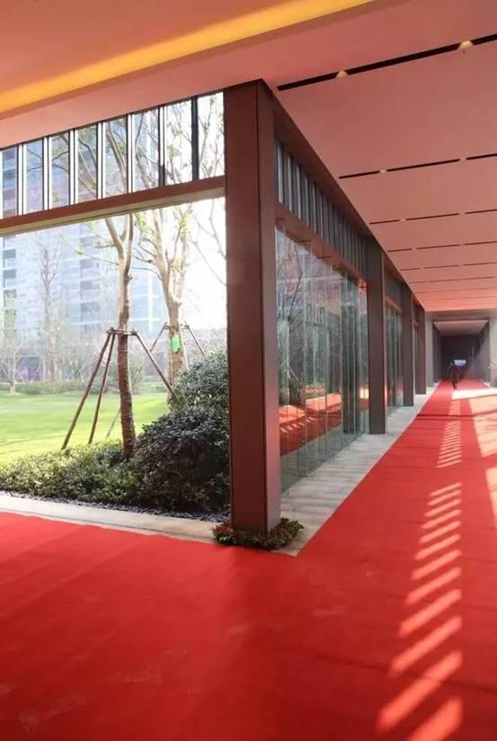 贯穿整个项目的风雨连廊   玻璃幕墙大气精致   就在楼下的小品,非常