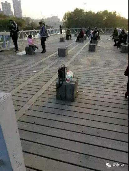 汉中滨江公园免费沙滩,已经成了垃圾堆!