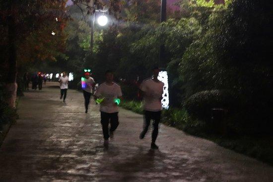 荧光夜跑&电音party完美落幕 汉上第一街引爆汉中