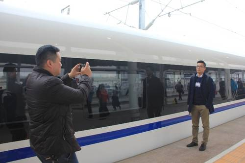 西成高铁开通首日 首批西安游客抵达汉中