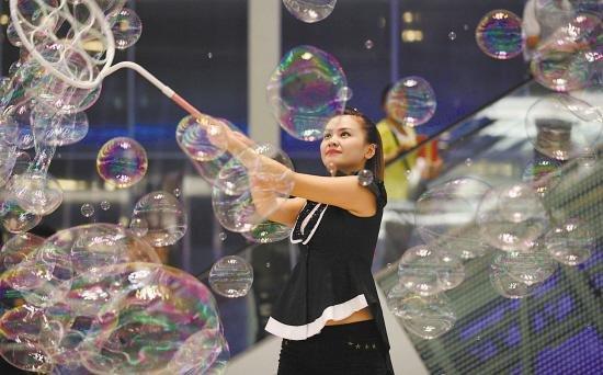 现场业主还可以享受泡泡大师制作的泡泡水景饰品,穿戴上泡泡做的头饰