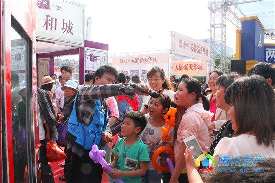 百丽富通美女携手女裙房产微信广场贩卖机火语音超短腾讯仙图片