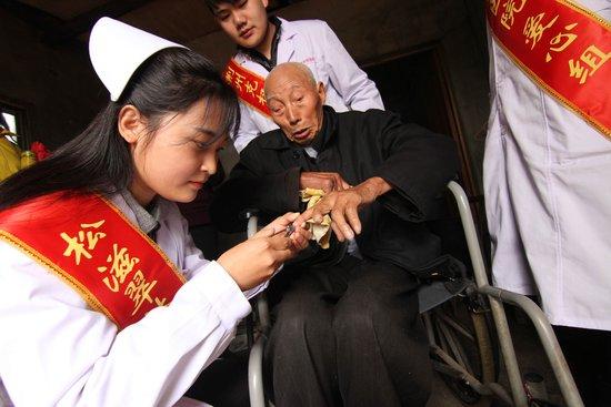 """荆州克权医院""""健康社区行""""走进松滋慰问抗战老兵"""