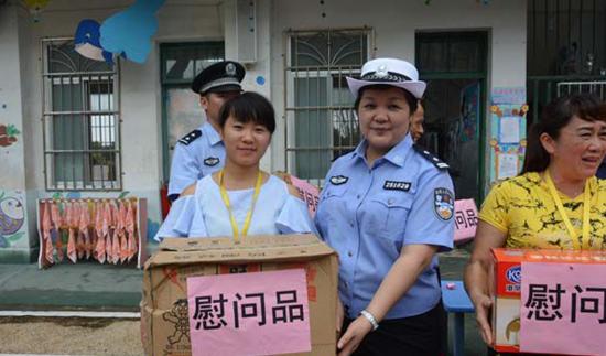"""广西来宾民警开展""""六·一""""送温暖活动"""