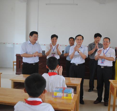 """来宾市领导""""六一""""节前夕分组慰问少年儿童"""