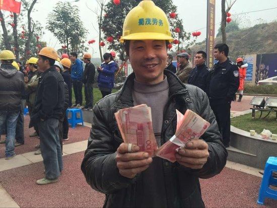 江南易居千万现金发工资 农民工开开心心过新年