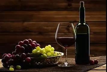 鸿通翡翠滨江:品红酒的生活之道,留下传承的经典!