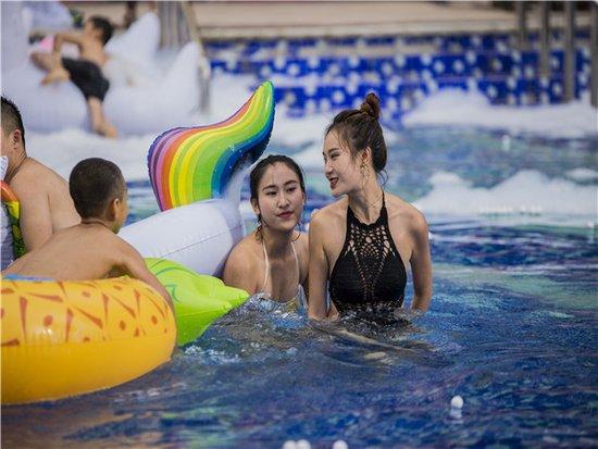 正黄金色巴黎泳池狂欢派对激情上演